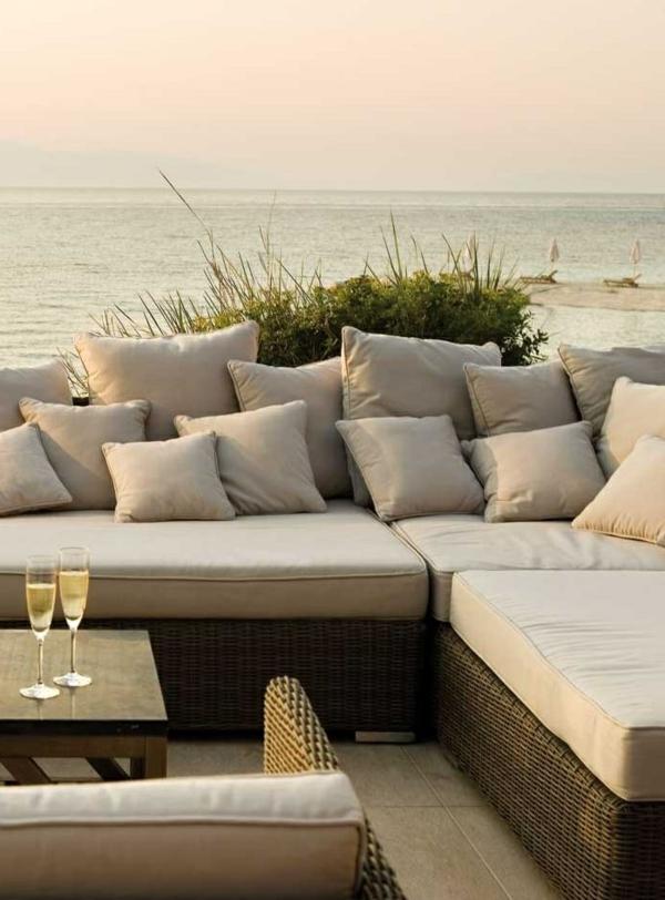 Sofa-viele-Kissen-beige-Meer-Weingläser
