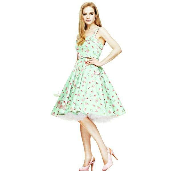 Frau-Swing-Kleid-rosa-Schuhe