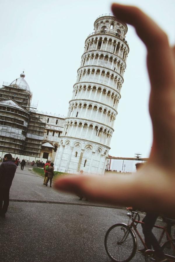 schiefer-Turm-von-Pisa-Hand