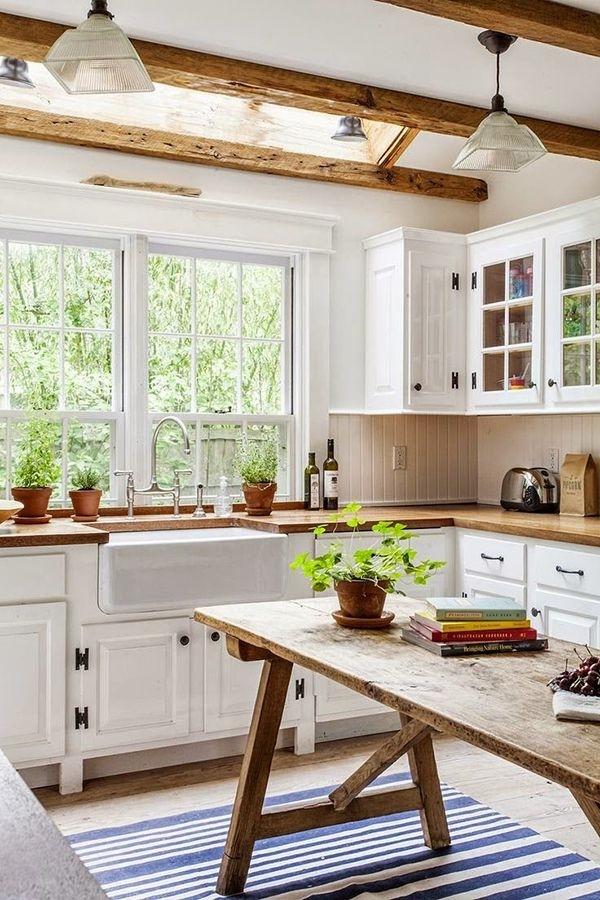 Villa-Küche-Weiß-Holz-Leuchten-rustikal