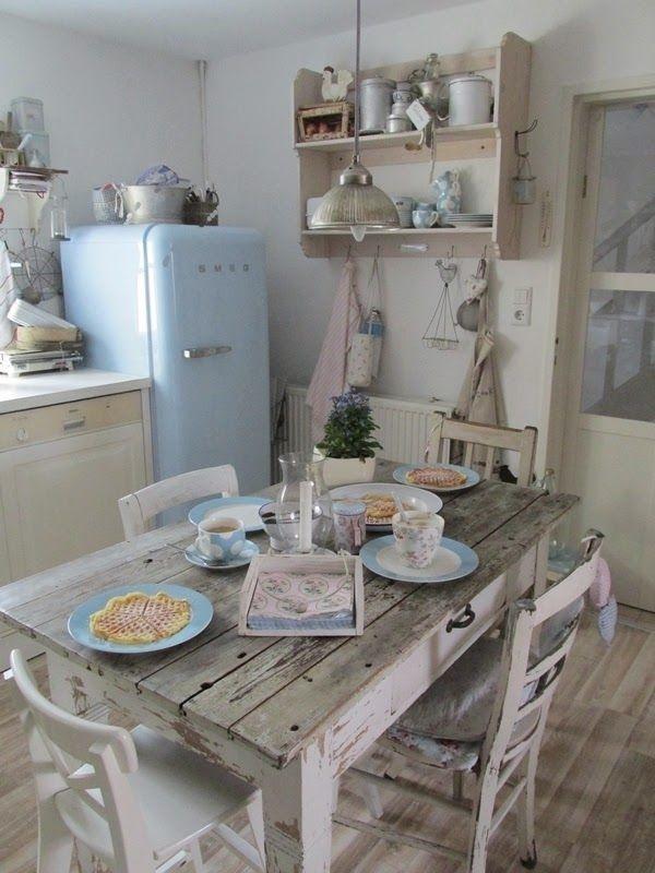 Vintage-Küche-hölzerner-Esstisch-Stühle-blauer-Kühlschrank