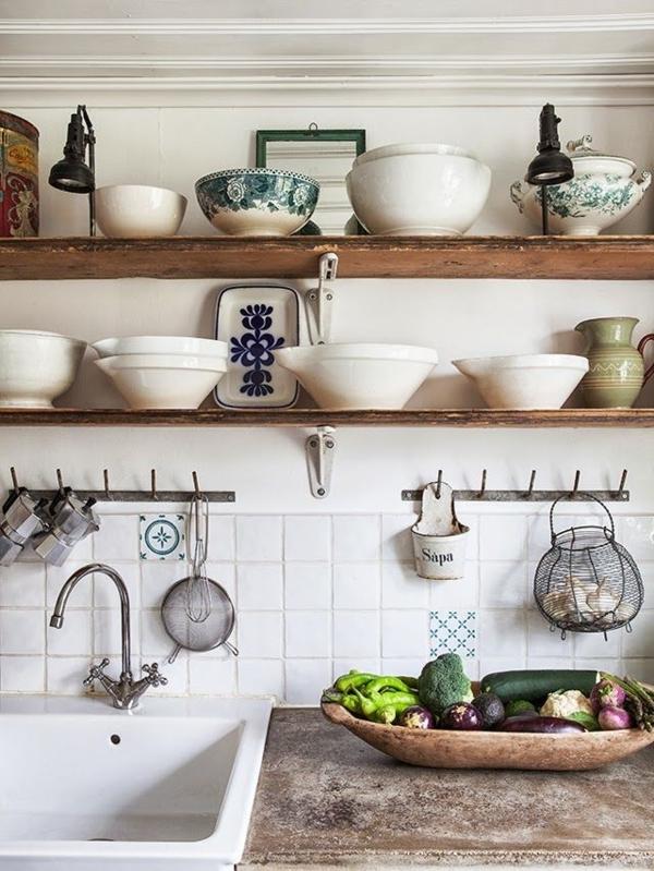 Vintage-Küche-Landhaus-Stil-hölzerne-Regale-chinesiches-Porzellan-Gemüse-Waschbecken