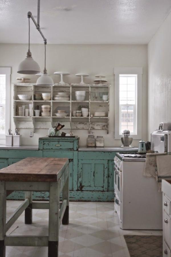 Vintage-Küche-Kochinsel-aus-Massivholz-weiße-Regale-Geschirr-Herd-mintgrüner-Küchenschrank