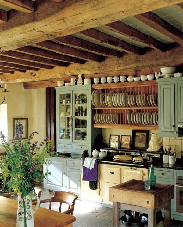 Landhausküchen-Holzdecke-mintgrüner-Küchenschrank-Geschirr-Vintage-Herd-Lavendel-Kochinsel