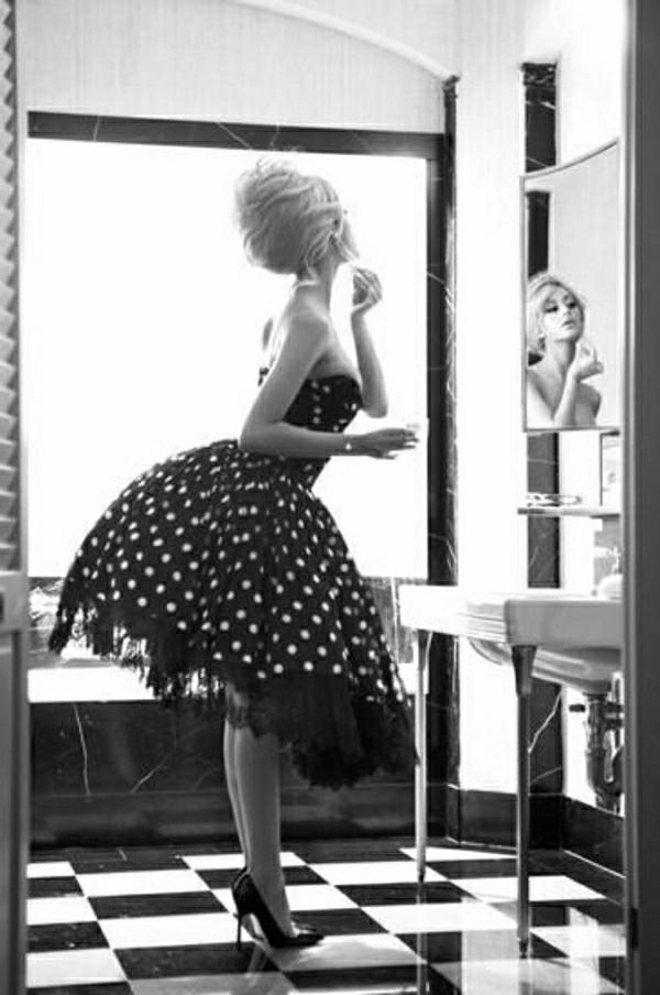 Rockabilly-Kleider-Vintage-Look-Polka-Dot-Kleid-Spiegel