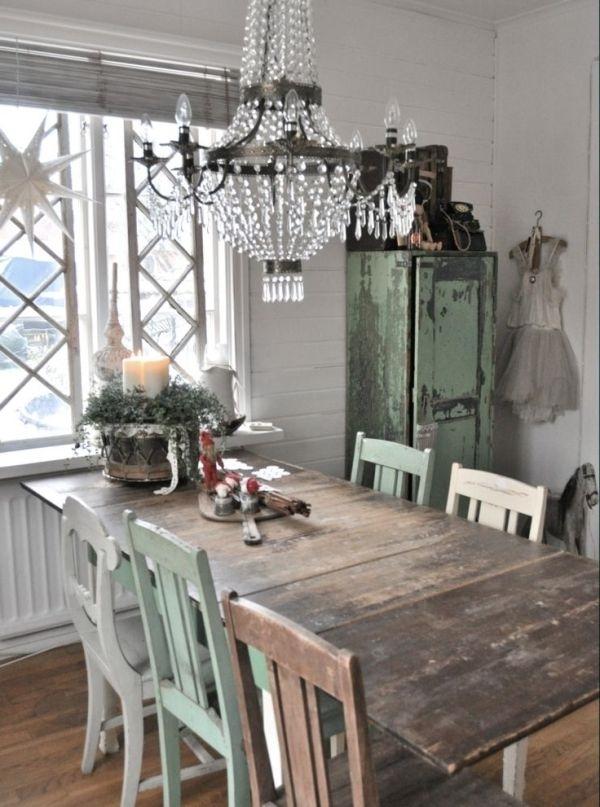 Vintage-Stil-Küche-unterschiedliche-Stühle-hölzerner-Esstisch-mintgrüner-Kleiderschrank-Kleid-Kronleuchter-Kristalle