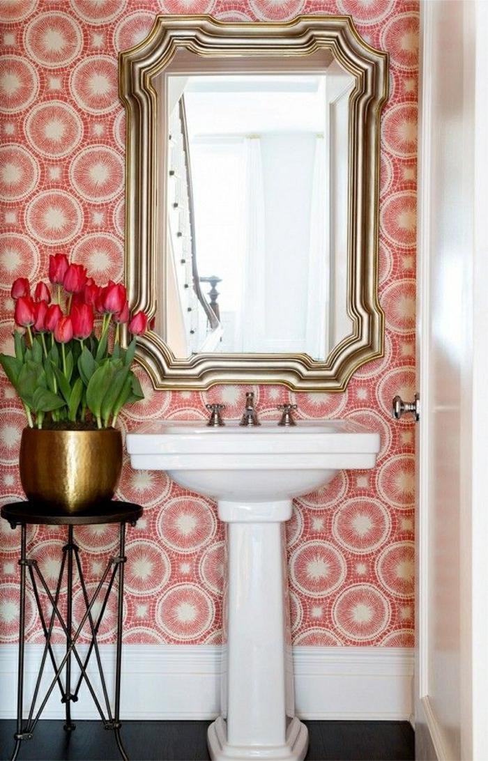 Wandgestaltung-Badezimmer-rote-Tapete