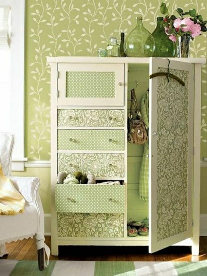 Wandgestaltung-grüne-Tapete-Pflanzen-Motive