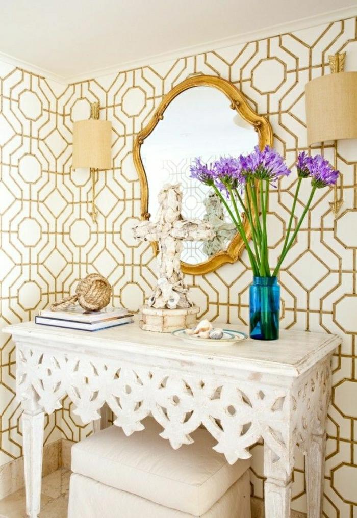Wandgestaltung-weiß-goldene-Tapete-Ornamente