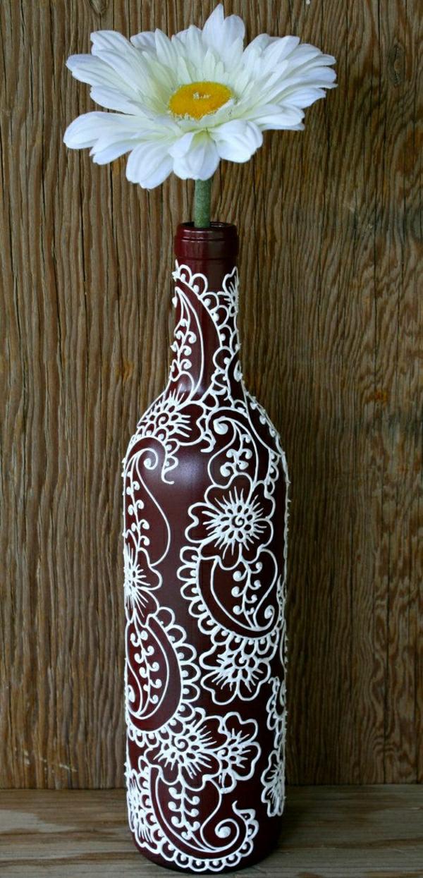 Weinflasche-Vase-Weinrot-weiße-Henna-Dekoration-Gerbera