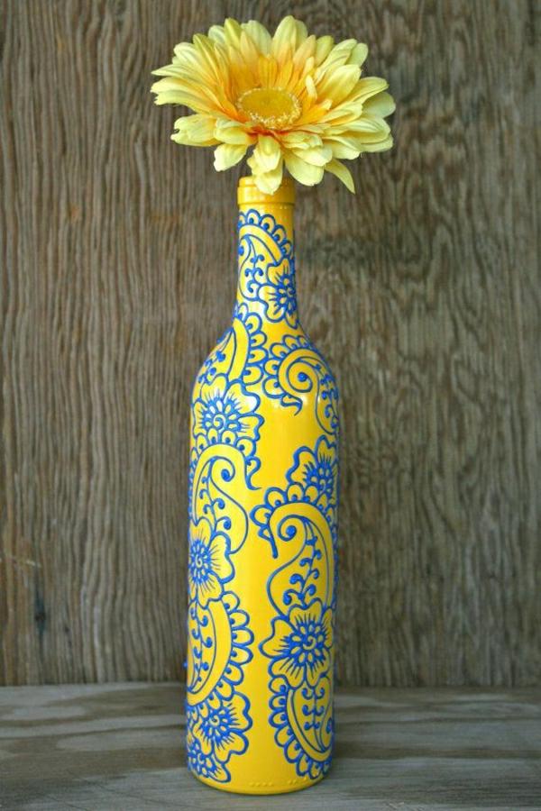 gelbe-Weinflasche-Vase-Gerbera-Henna-Dekoration-Blau