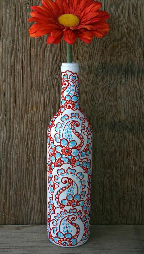 weiße-Weinflasche-Vase-Gerbera-Henna-Dekoration-Blau-Rot-Orange