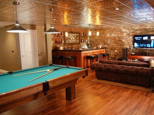Wohnzimmer-Bar-großer-Spieltisch-grüne-Spielfläche-Ledersofa