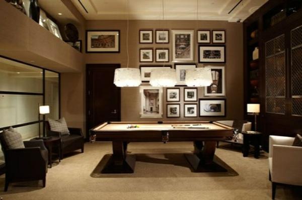 Wohnzimmer-Bilder-Spielraum-Spieltisch-drei-Leuchten-Sessel