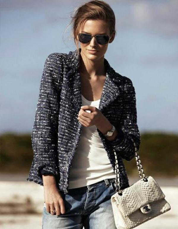 Wollsakko-weißer-T-Shirt-Jeans-Chanel-Tasche