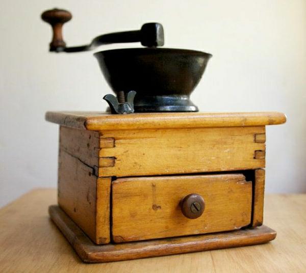 antike-hölzerne-Kaffee-Mühle