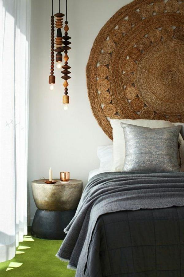 ausgefallene-lampen-im-eleganten-schlafzimmer - teppich an der wand