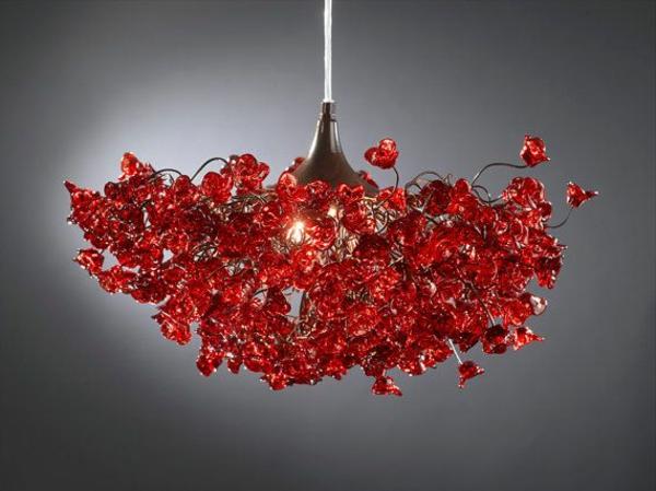 ausgefallene-lampen-roter-kronleuchter - grauer hintergrund