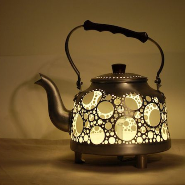 ausgefallene-lampen-super-interessantes-modell-teekanne - hintergrund in taupe farbe