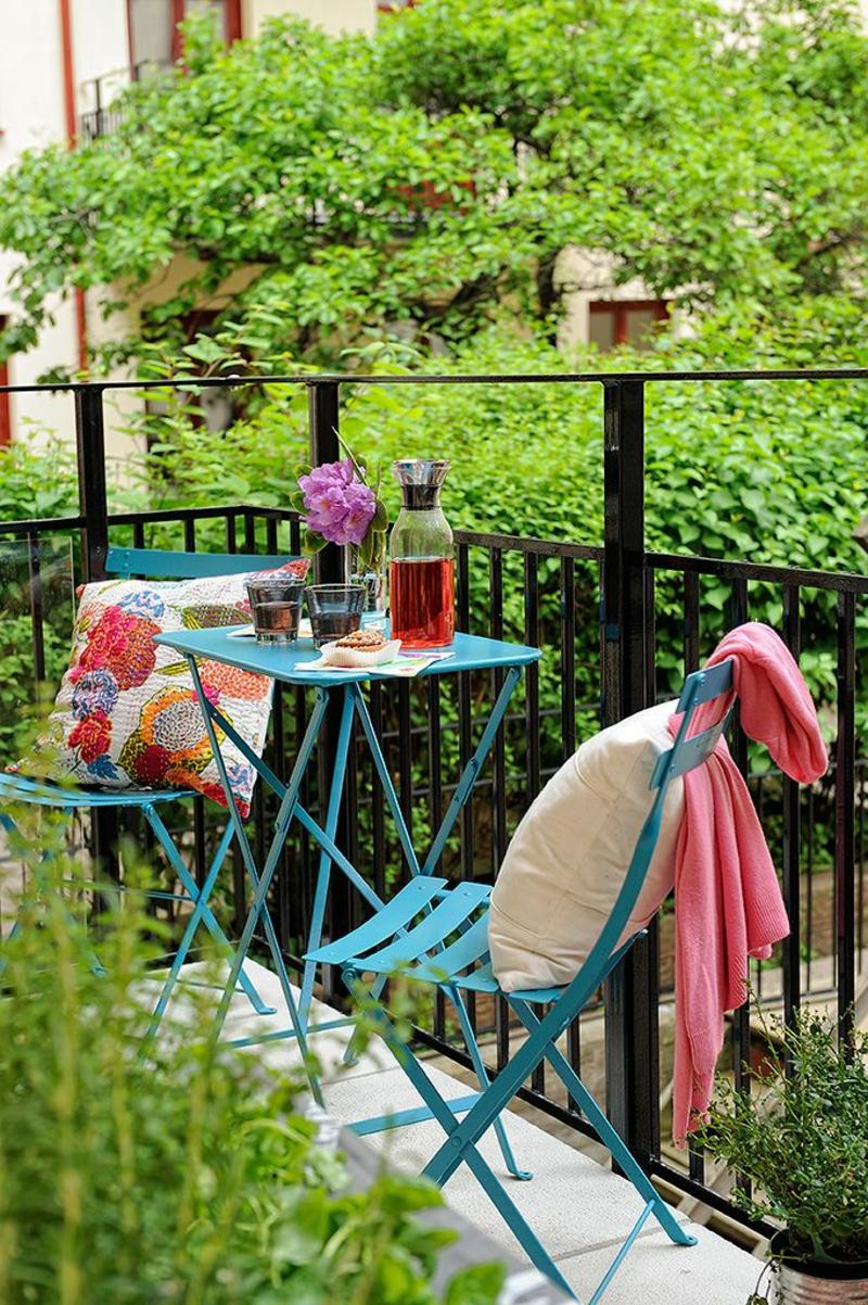 balkon-bepflanzen-bunte-möbelstücke