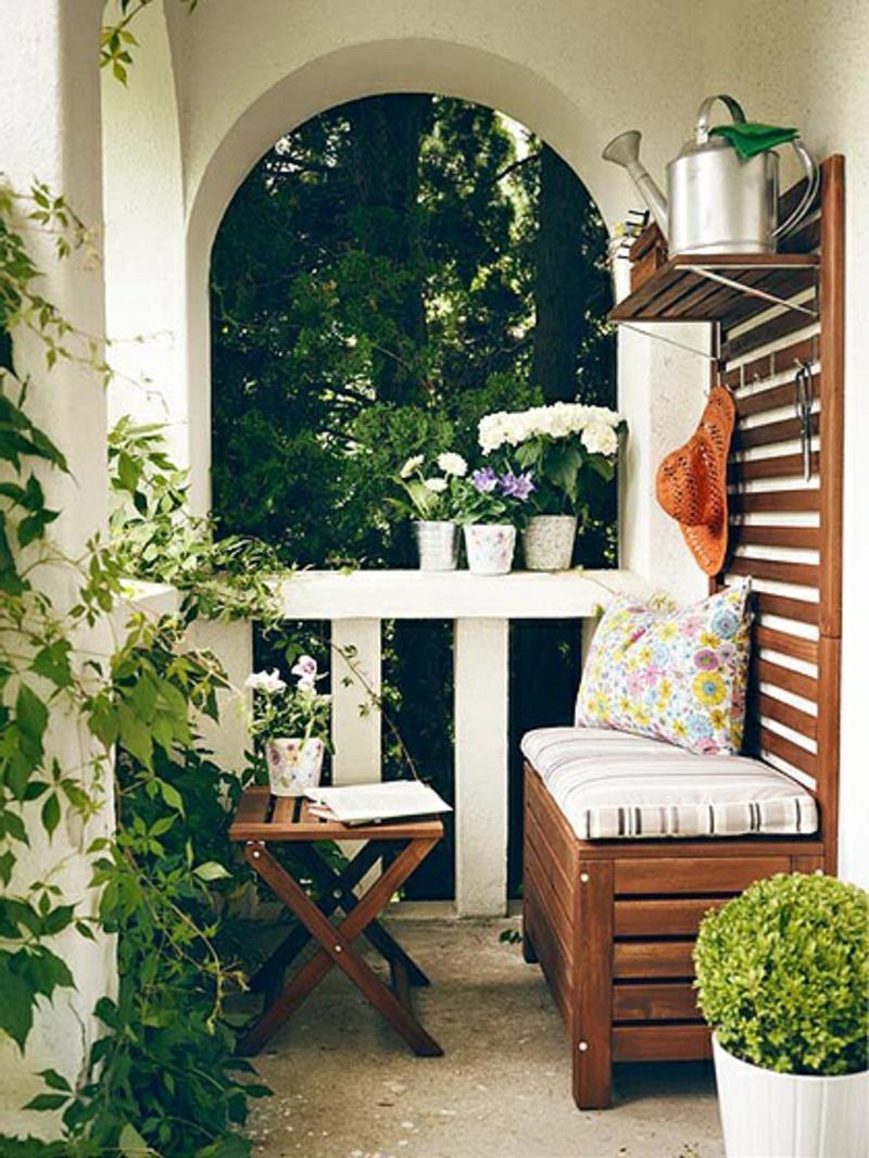balkon-bepflanzen-geländer-in-weißer-farbe