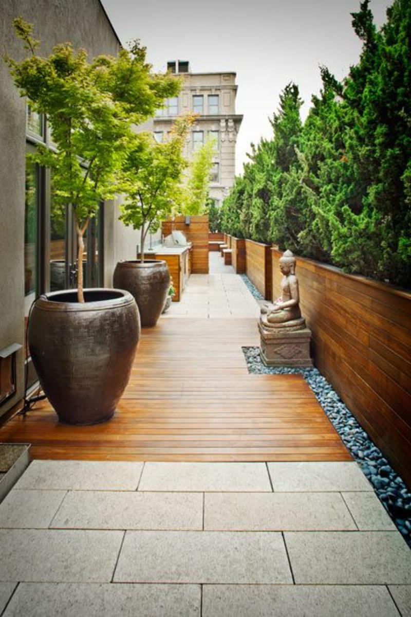 balkon-bepflanzen-große-blumentöpfe