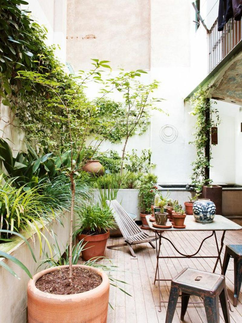 balkon-bepflanzen-großer-blumentopf