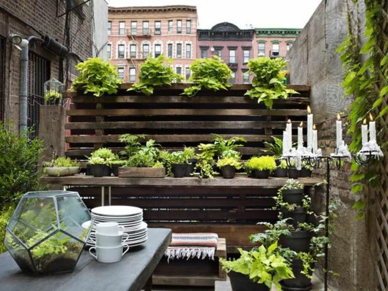 balkon-bepflanzen-hölzerne-gestaltung