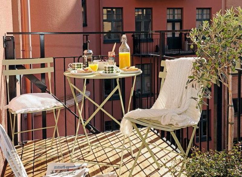 balkon-bepflanzen-kleiner-runder-tisch-mit-stühlen