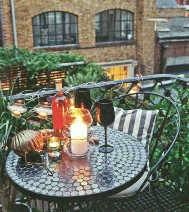 balkon-bepflanzen-runder-tisch-romantische-dekoration