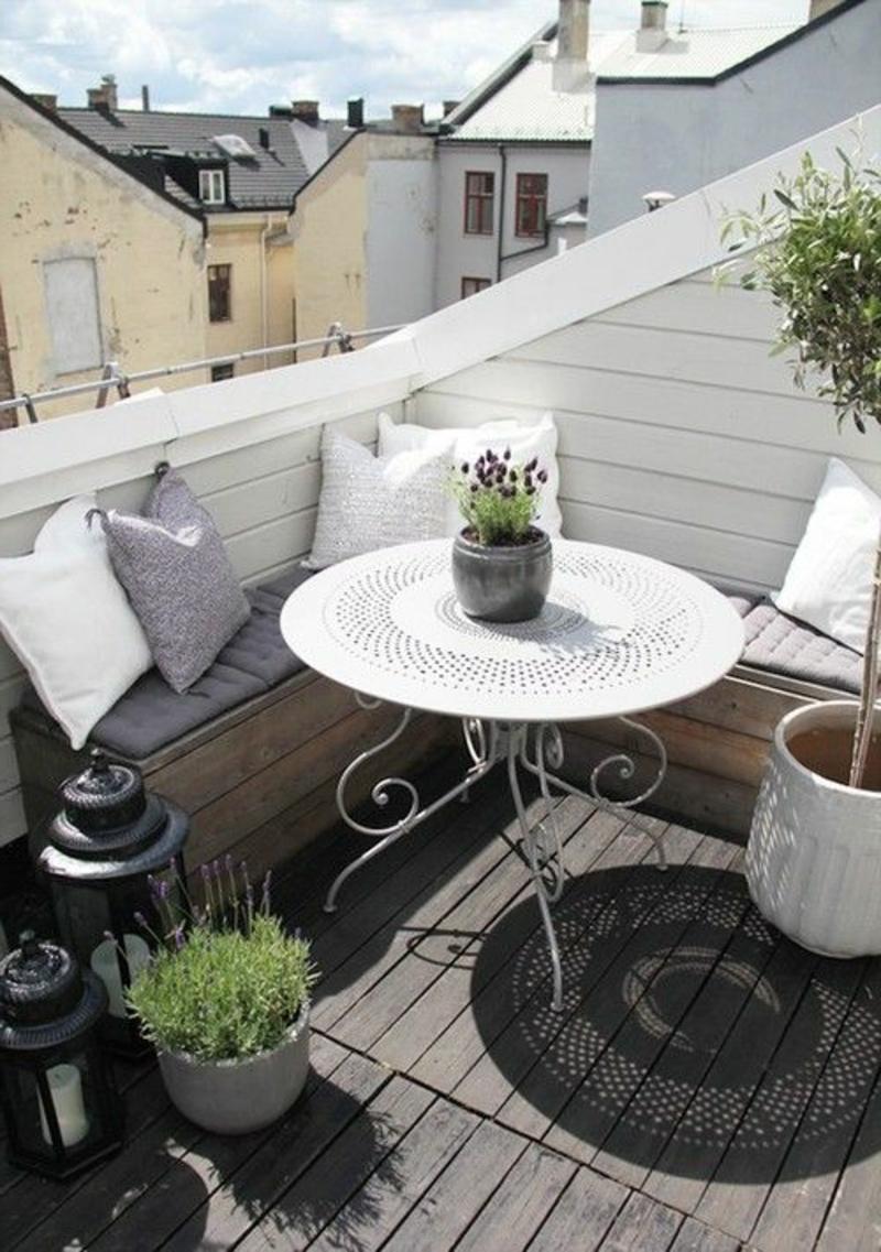 balkon-bepflanzen-schöner-runder-tisch-in-weißer-farbe