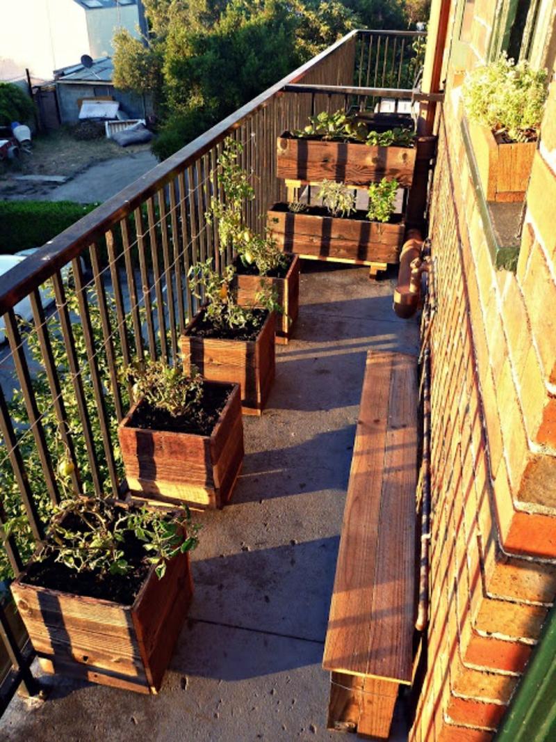balkon-bepflanzen-viele-töpfe-aus-holz