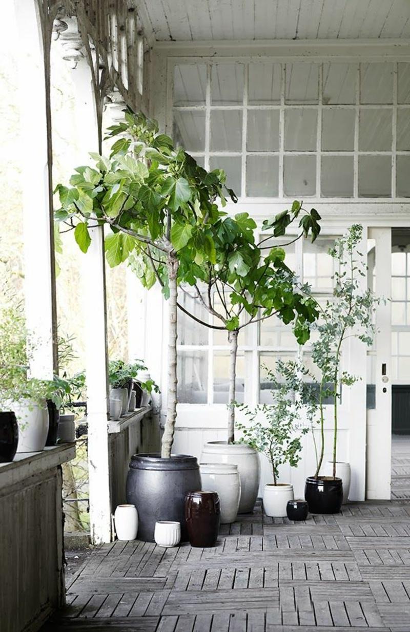 balkon-bepflanzen-weiße-ausstattung-hängende-pflanzen