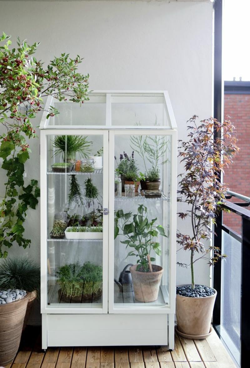 balkon-bepflanzen-weißer-schrank - interessante ausstattung