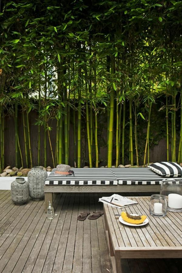 bambus-balkon-grüne-umgebung-schöner-hölzerner-tisch