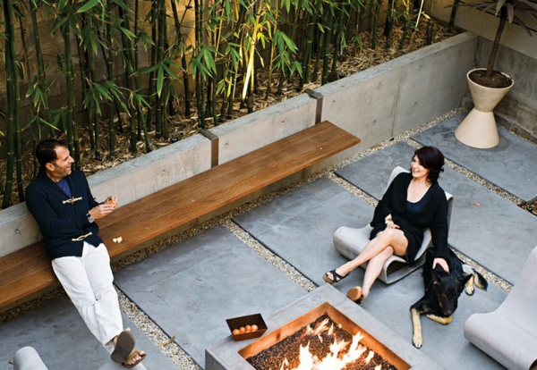 bambus-balkon-leute-entspannen-sich mit ihrem hund