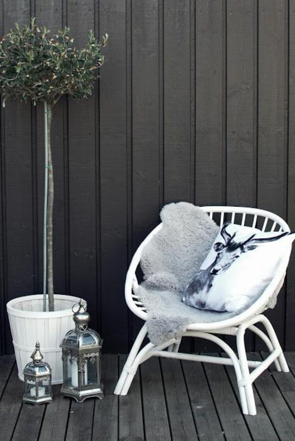 bambus-balkon-weißer-stuhl-und-dekokissen