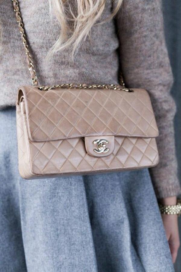 beige-Chanel-Tasche-grauer-Rock-brauner-Pullover-aus-Wolle