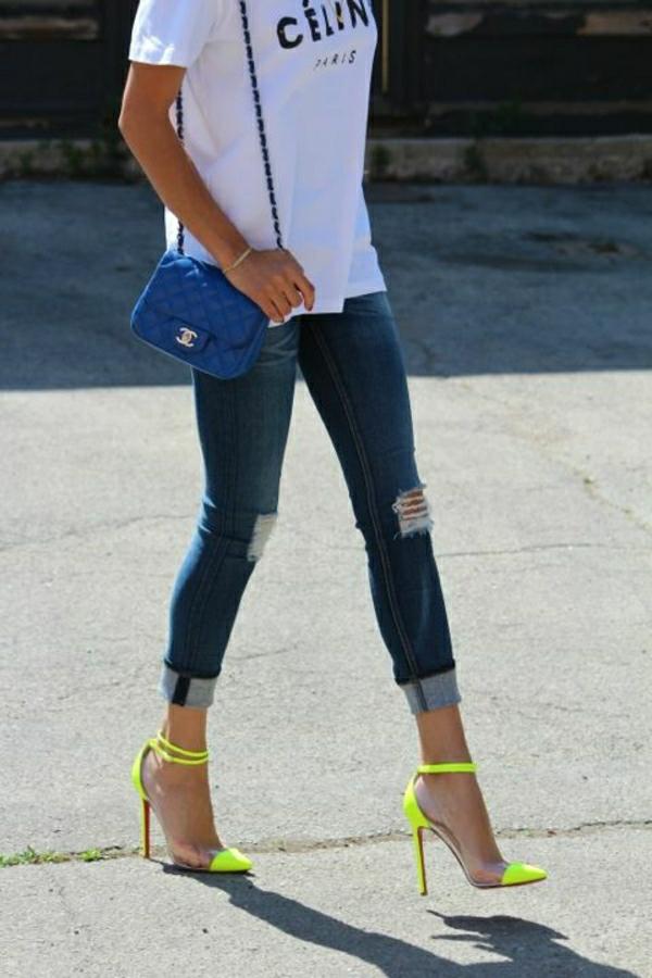 blaue-Chanel-Tasche-Jeans-T-Shirt-Schuhe-Neonfarbe