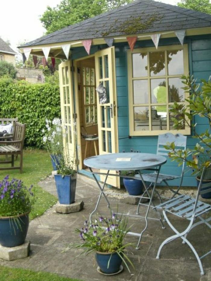 blaues-Gartenhaus-Tisch-Stühle-Eisen