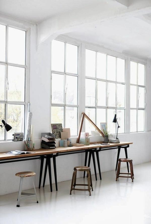 bodentiefe-fenster-büroraum-mit-weißen-wänden - schreibtische