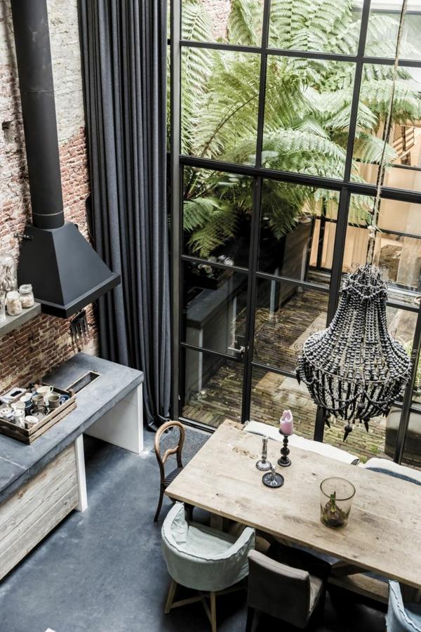 bodentiefe-fenster-esszimmer-mit-einem-hölzernen-esstisch - pflanzen neben dem zimmer