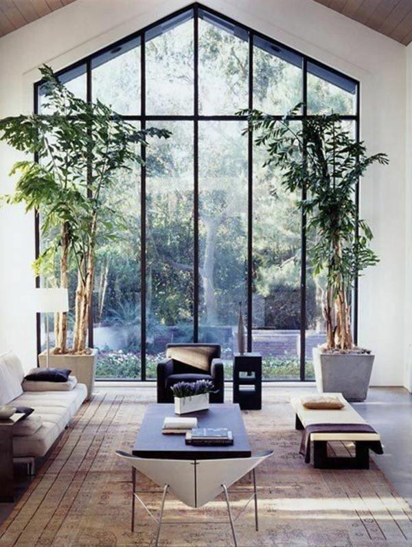 bodentiefe-fenster-exotisches-zimmer-mit-großen-grünen-pflanzen - tolles aussehen