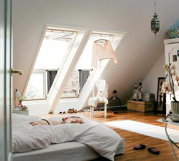 bodentiefe-fenster-interessantes-modell-vom-schlafzimmer-in-einer-dachwohnung