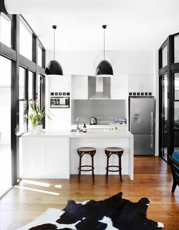 bodentiefe-fenster-luxuriöses-modell-von-küche-mit-einem-teppich-in-weiß-und-schwarz