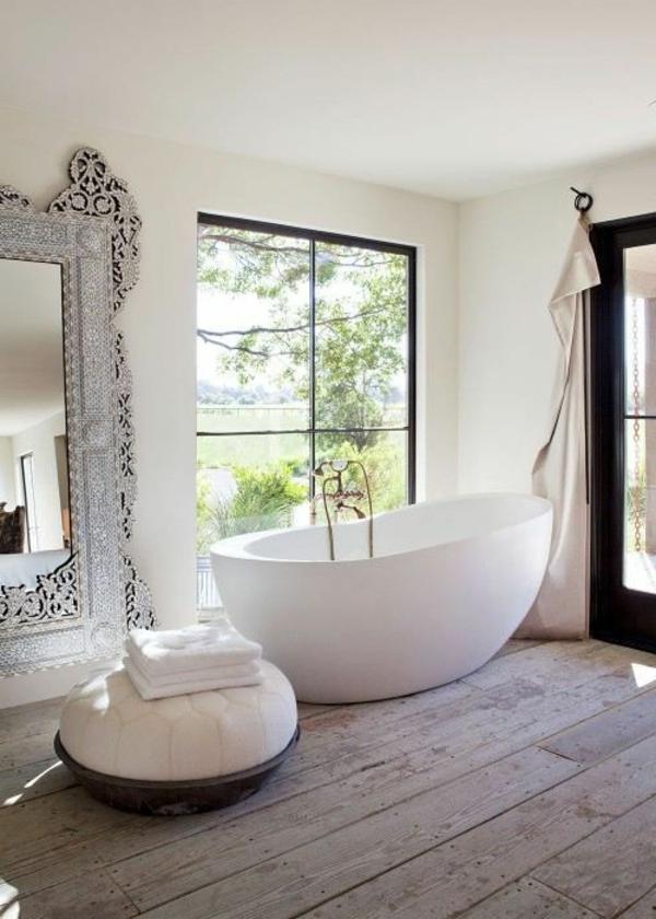 bodentiefe-fenster-schönes-weißes-badezimmer-mit-einer-freistehenden-badewanne