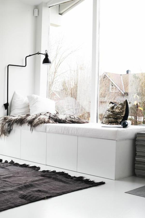 bodentiefe-fenster-weiße-möbel-grauer-teppich - schwarze lampe