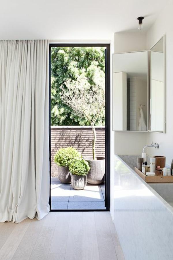bodentiefe-fenster-weißes-interieur-schöne-gardinen