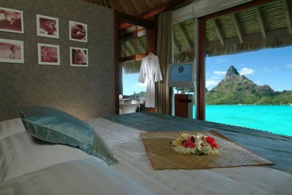 bora-bora-urlaub-exotisches-schlafzimmer-sechs-bilder-an-der-wand