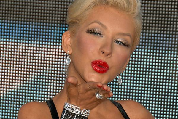 christina-aguilera-falsche-wimpern-super-schöne-rote-lippen
